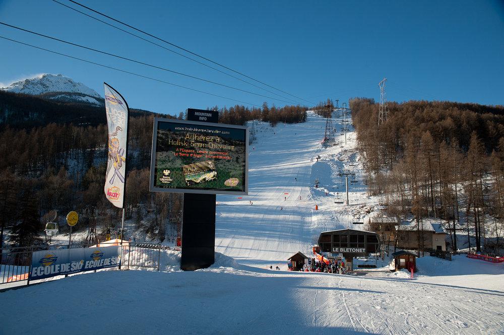 Départ skis aux pieds, direction les sommets et les pistes de ski de Serre Chevalier - © Office de Tourisme de Serre Chevalier