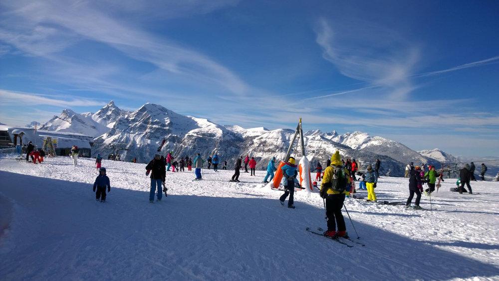 Conditions de ski idéales (neige fraiche et soleil généreux) sur les pistes des Carroz - © Office de Tourisme des Carroz