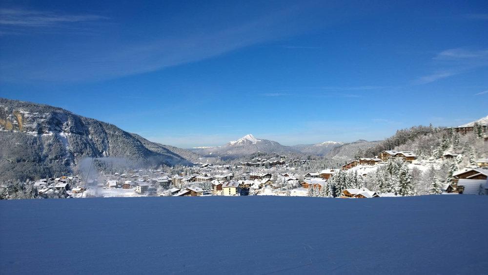 Belle journée en perspective sur le domaine skiable des Carroz - © Office de Tourisme des Carroz