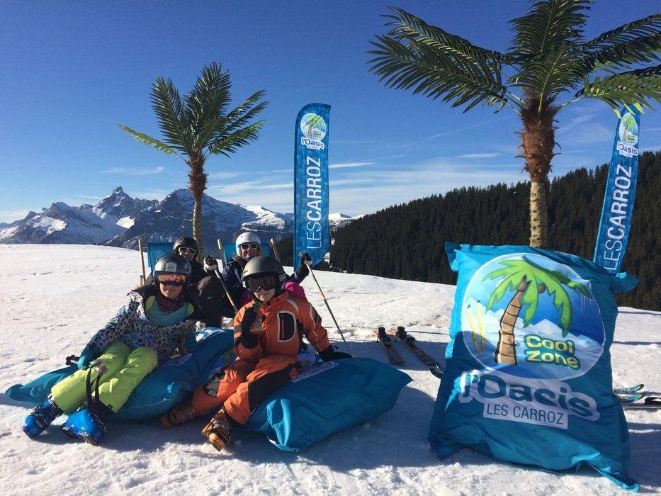 Une petite pause détente au pied des palmiers de l'Oasis, au coeur du domaine skiable des Carroz - © Office de Tourisme des Carroz