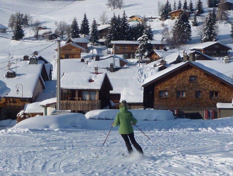 Retour skis aux pieds jusqu'aux chalets de Romme - © Office de Tourisme Intercommunal Communauté de communes Cluses Arve & montagnes