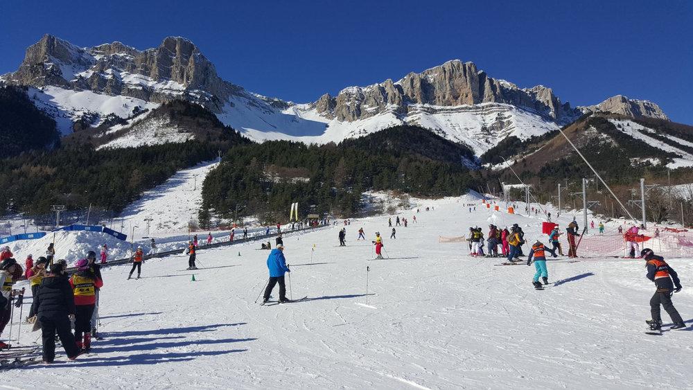 Le front de neige et le départ des pistes de ski de Gresse en Vercors - © Office de Tourisme de Gresse en Vercors