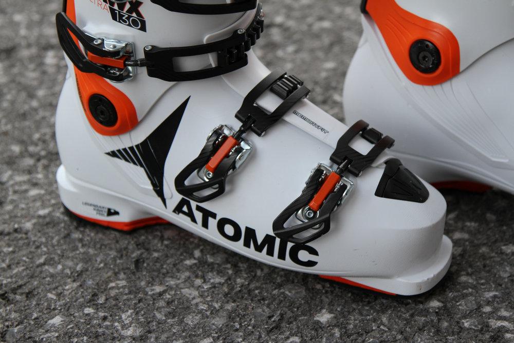 Einfach zu bedienen: Die Schnallen des Atomic Hawx Ultra 130 - © Skiinfo