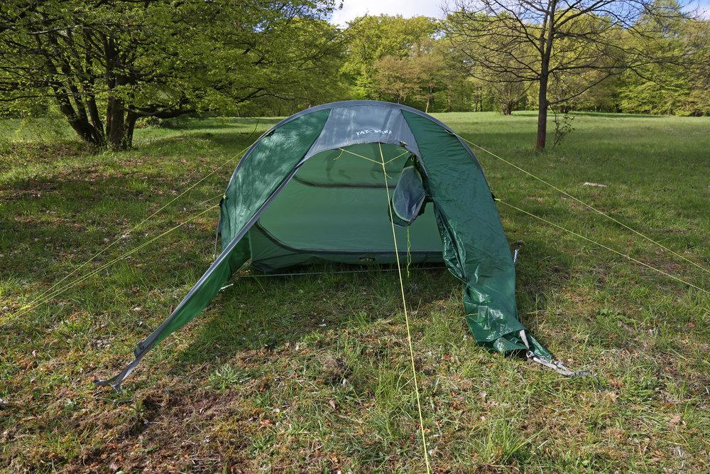 Ansicht von vorn: Der Eingang lässt bis etwas über die Mitte des Zeltes öffnen, dann wird er gerollt und seitlich befestigt - © Bergleben.de