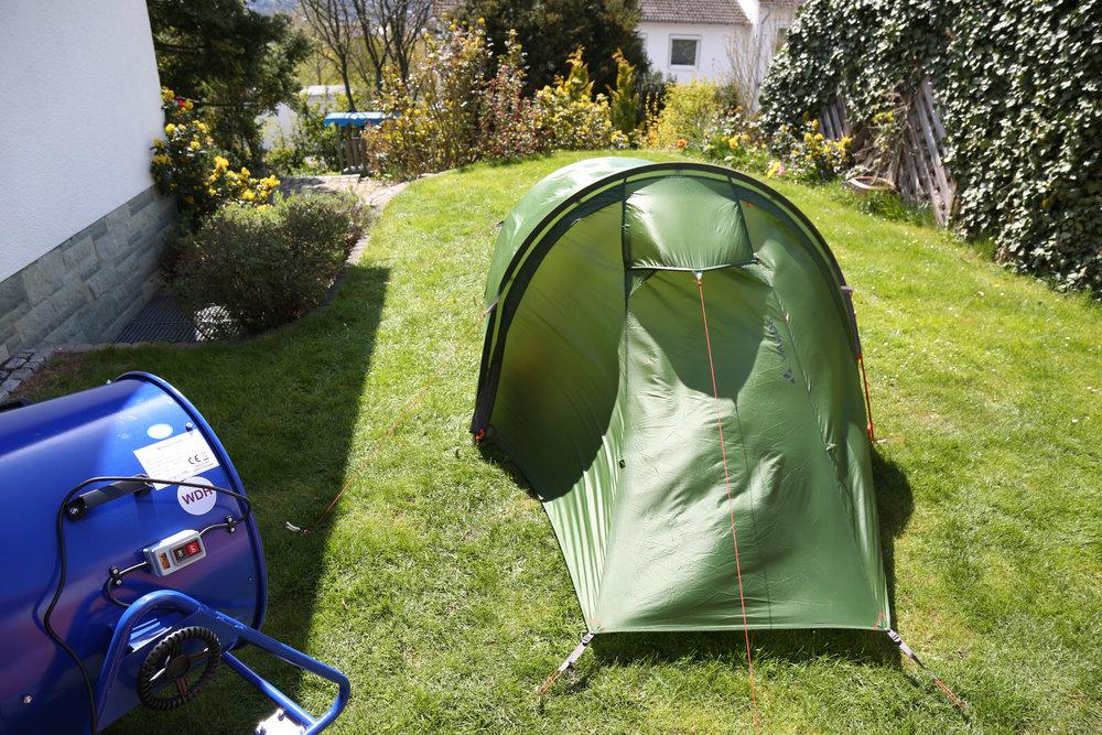 Das Zelt von VAUDE hat relativ elastische Außenwände, wie man hier beim Windtest erkennen kann - © Bergleben.de