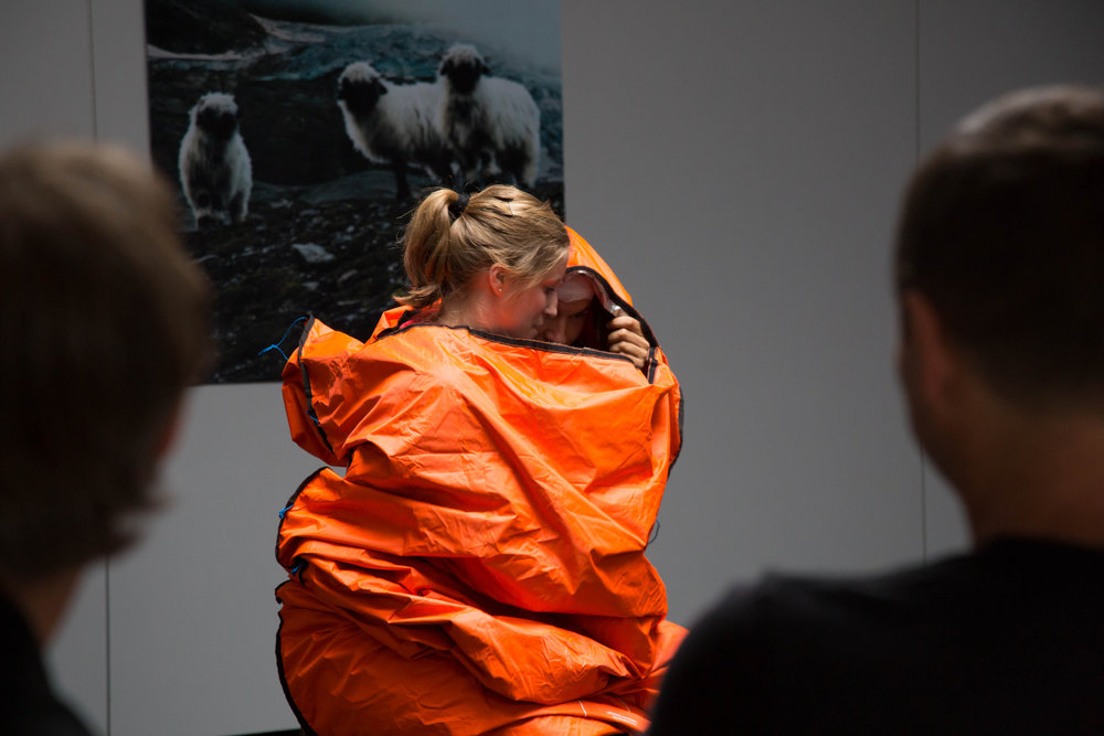 Demonstration des neuen Biwaksacks von Ortovox - © Bergleben.de