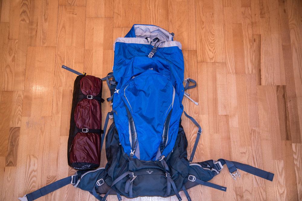 Packmaß des Nordisk Halland 2 LW im Vergleich mit dem (recht kleinen) 60-Liter-Rucksack von Gregory  - © Bergleben.de