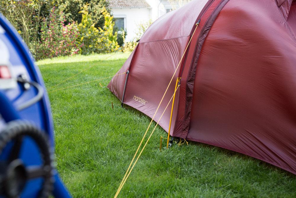 Das Außenzelt des Nordisk Halland 2 LW ist nicht superstabil, weil sehr dünn, das Zelt selbst aber kann eine Windboe nicht umwerfen - © Bergleben.de