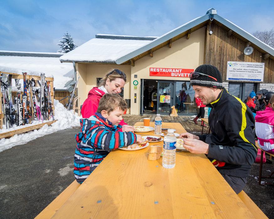 Pause déjeuner en terrasse à proximité des pistes de ski de la Planche des Belles Filles - © Thomas-Devard