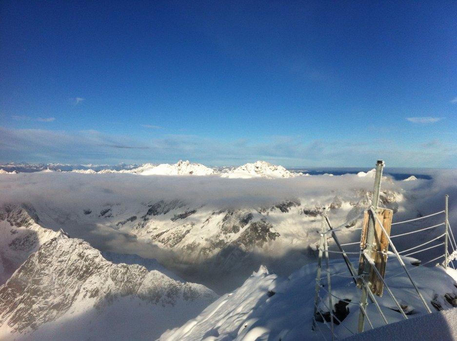 Ausblick über die verschneiten Berge mit Wolkenfäden - © Michi Weber