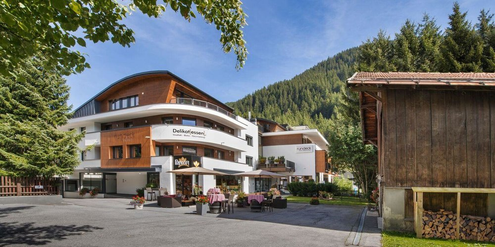Hotel Rundeck  St Anton Am Arlberg. Therasia Resort. Hotel Pinares Del Cerro. Hotel Ancora. Metropolitan Deira Hotel. Fairmont Mara Safari Club Hotel. Abangane Guest Lodge. Hotel Jaipur Greens. Green Meet*s Resort