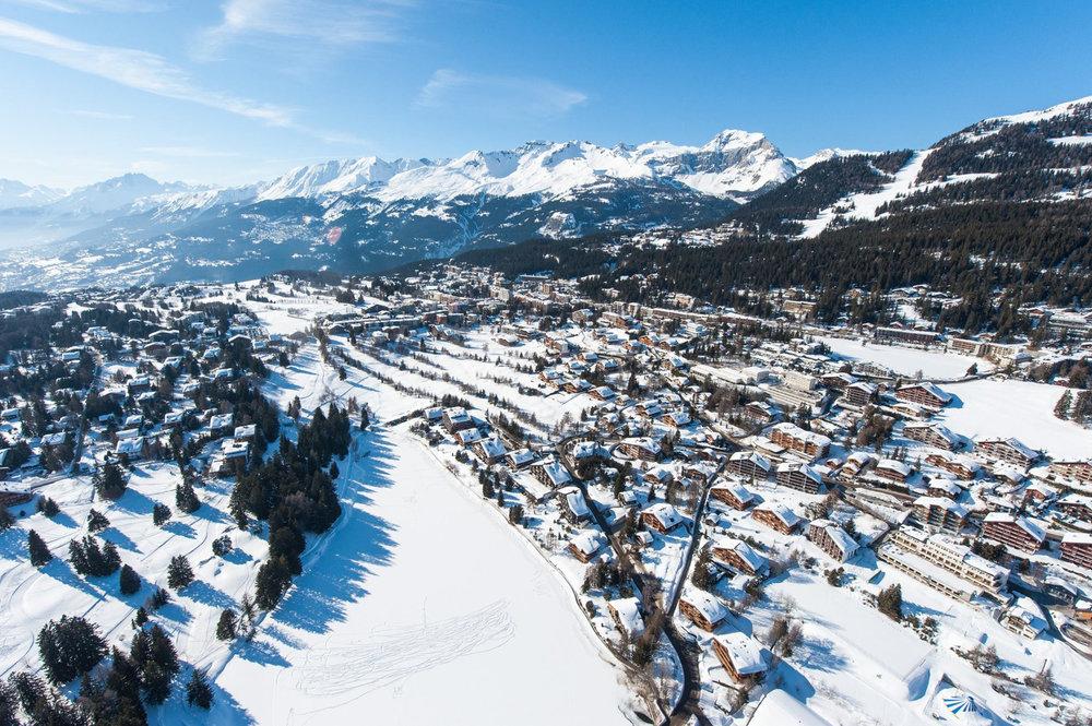 Vue aérienne sur la station de ski de Crans Montana - © Crans-Montana Tourisme & Congrès