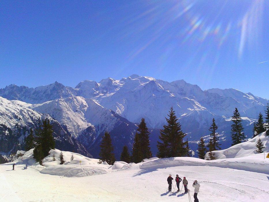 Ski face à un panorama grandiose sur le domaine skiable de Passy Plaine Joux - © Office de Tourisme de Passy