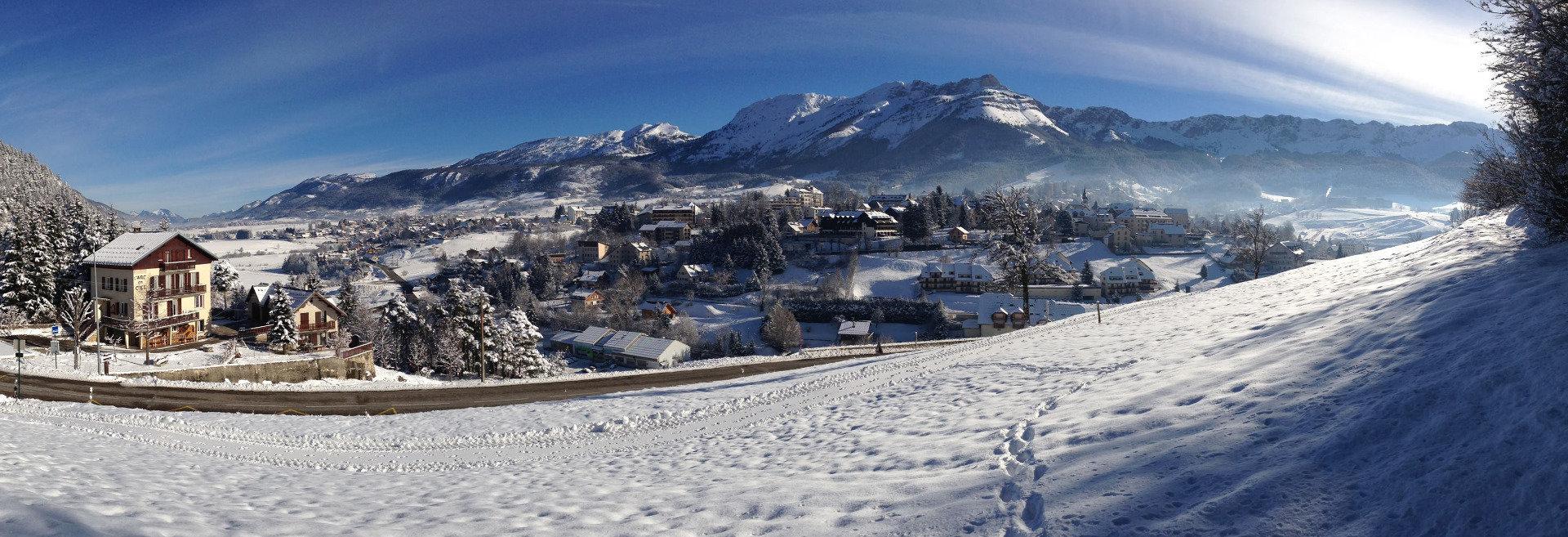 Vue sur le village de Villard de Lans et son domaine skiable - © Office de Tourisme de Villard de Lans
