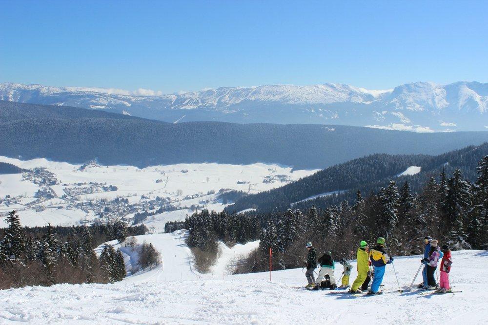 Ski face à un panorama grandiose sur le domaine skiable de Meaudre - © Office de Tourisme de Méaudre / Marion Cottaz