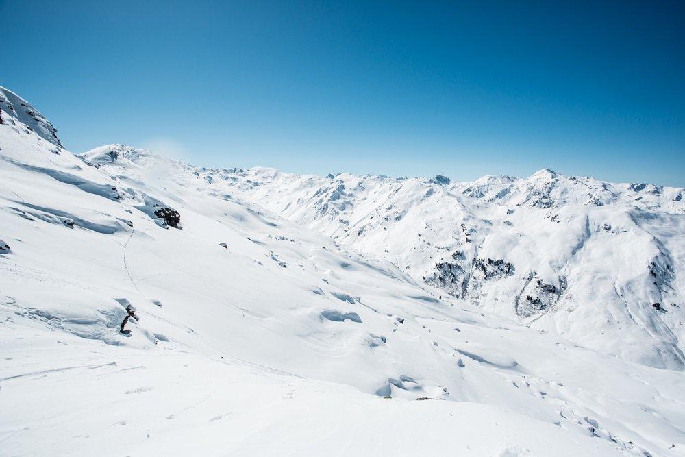 Überall mischt sich der weiße Schnee mit dem blauen Himmel - © Daniel Zangerl