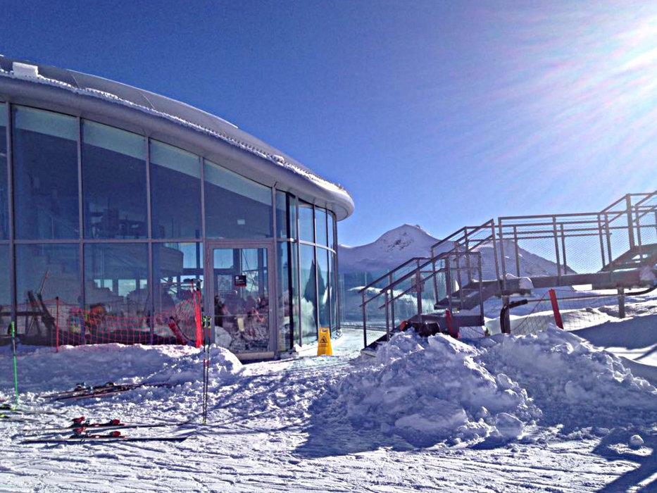 Blick auf das verschneite Cafe des Pitztaler Gletschers - © Marcus Herovitsch/Pitztaler Gletscher