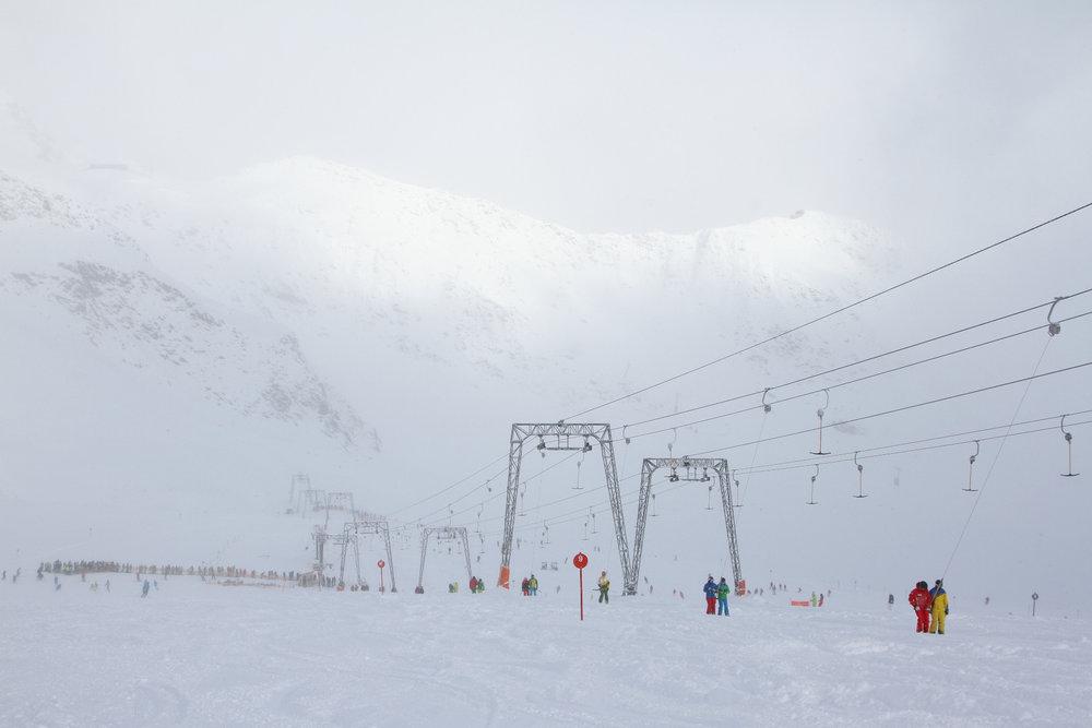 Auch bei eisigen Temperaturen kamen Mitte November viele Gäste, um am Stubaier Gletscher den Neuschnee zu genießen - © Skiinfo