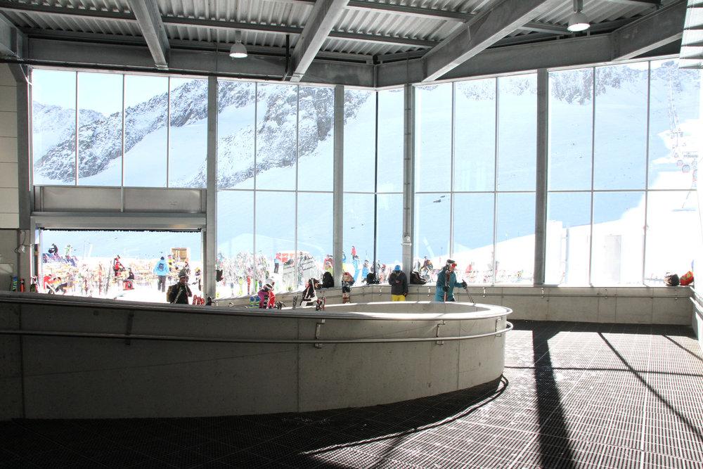 Breiter Abgang in der neuen Bergstation der 3S-Gondelbahn zum Eisgrat - © Skiinfo