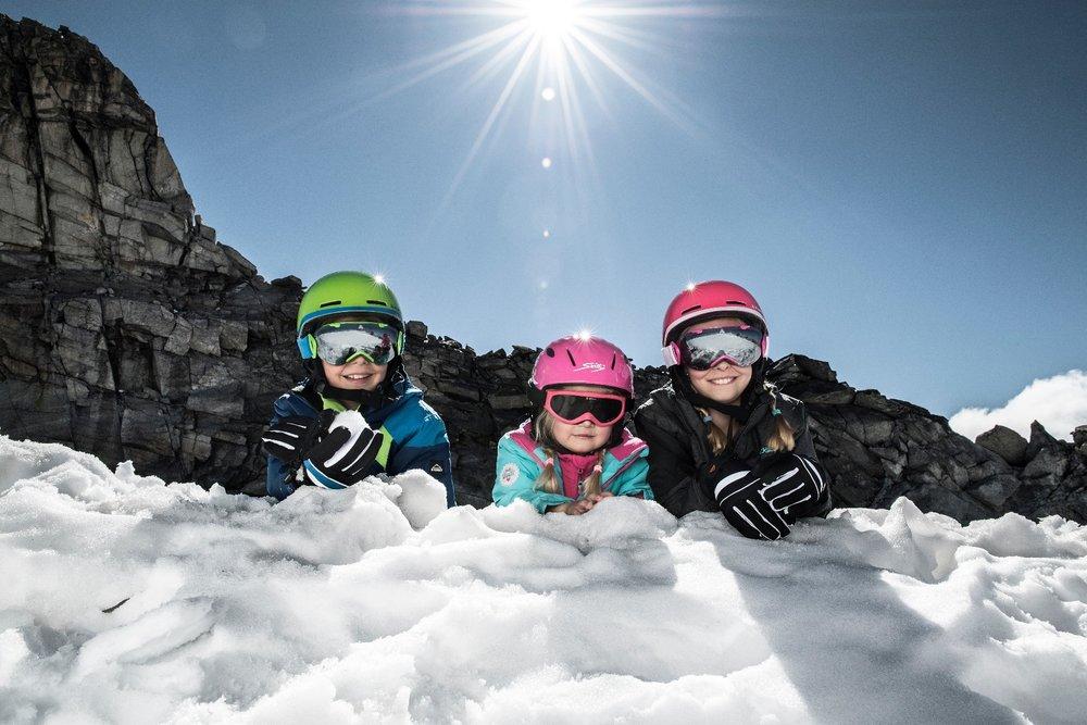 Kinder lernen am besten in der Gruppe mit Gleichaltrigen Skifahren. - © Intersport Pressemappe/www.sicher-im-schnee.de