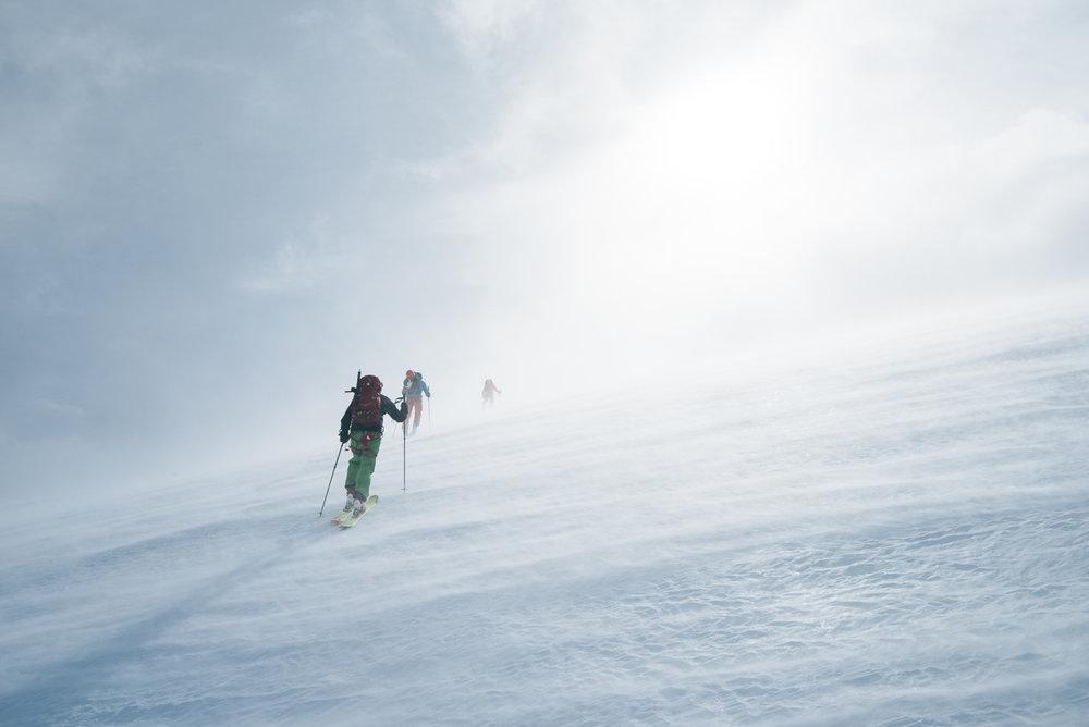 Første etappe er på rundt 16 km og 1258 høydemeter. Skyene satt lavt den første dagen og gjorde landskapet enda mer drømmende.  - © Tor Berge - Norexplore