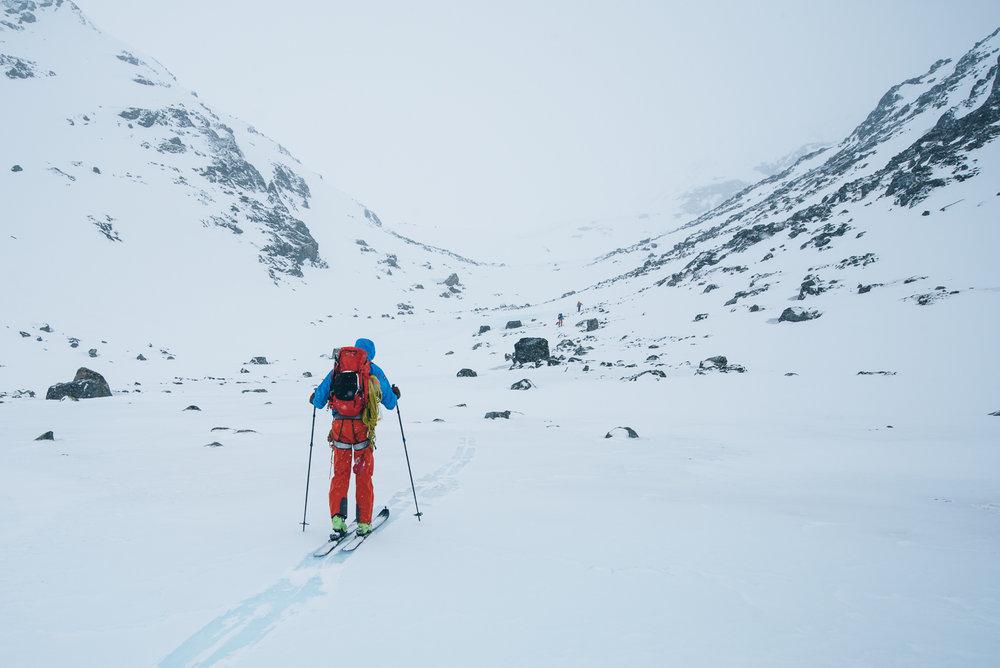 Her er vi på vei over isdekte Hesttjønne på vei opp mot Hestdalen. Det kan være greit å være obs på at fjellsidene er bratte på begge sider, og man må vurdere skredfare, vindretning og forhold før man velger rute.  - © Tor Berge - Norexplore
