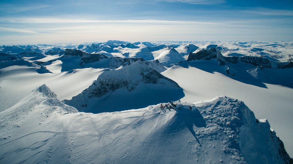 Galdhøpiggen, 2469 meter over havet. Utsikten er spektakulær, og man kan glede seg til en utrolig fet nedkjøring på ski!  - © Tor Berge - Norexplore
