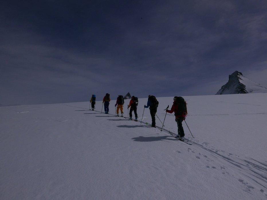 En litt sliten gjeng som går det siste stykket opp før nedkjøringen ned til Zermatt. Utrolig kult når Matterhorn kom til syne. - © Mattias Erlandson