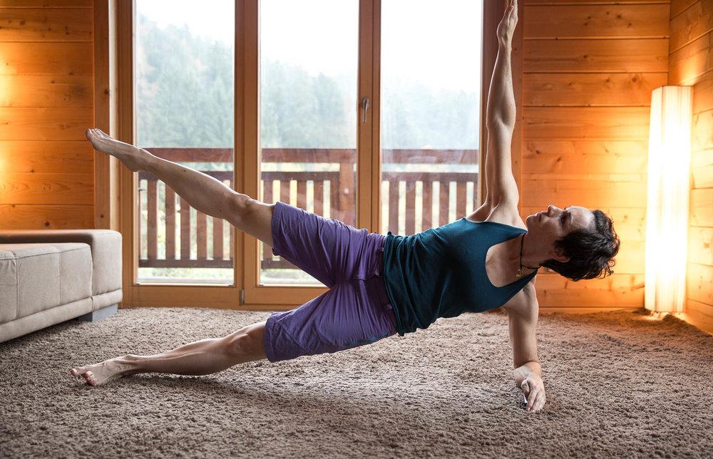 Für Fortgeschrittene kann der Side-Up auch mit Anheben von Bein und Arm durchgeführt werden - © Erika Spengler