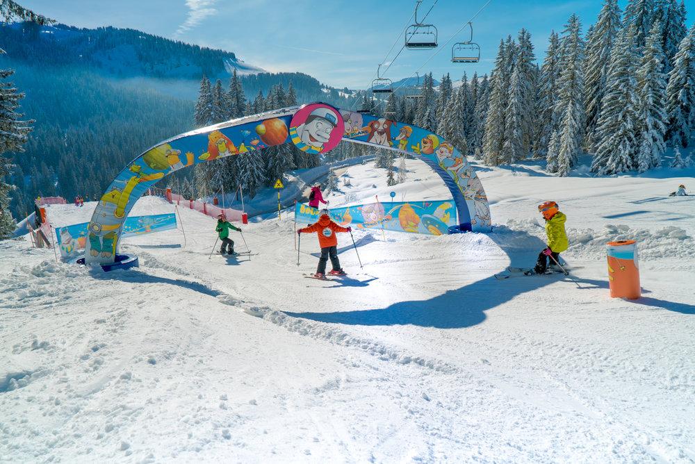 Le ski version ludique sur l'espace Opoualand de Crest Voland - © Labellemontagne Crest-Voland Cohennoz