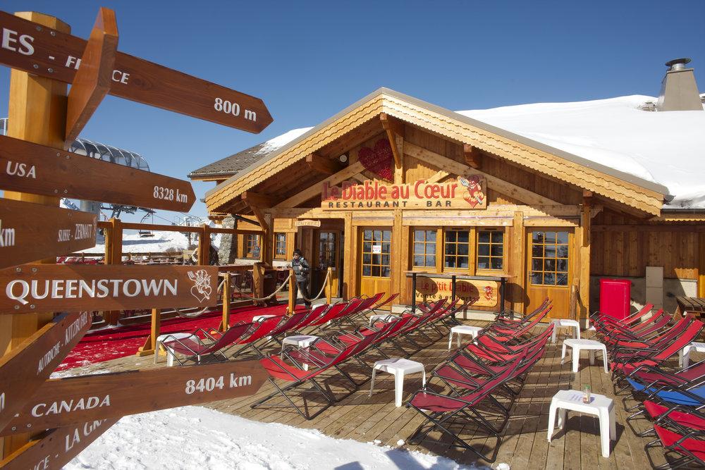 Une petite pause à la terrasse d'un restaurant d'altitude des 2 Alpes - © OT Les 2 Alpes