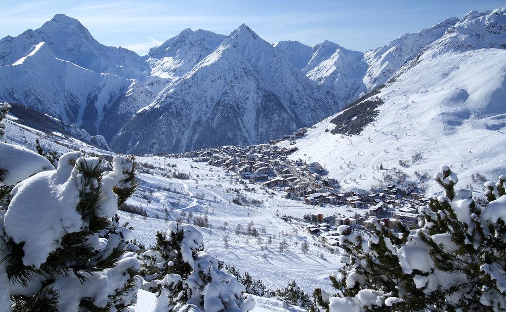 Vue sur la station de ski des 2 Alpes et ses résidences en pied de pistes - © OT Les 2 Alpes / B. Longo