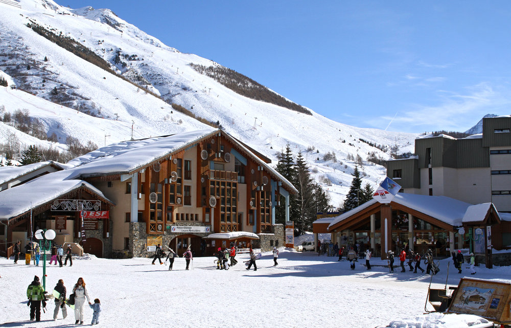 La Place principale des 2 Alpes à quelques pas seulement du front de neige - © OT Les 2 Alpes / B. Longo