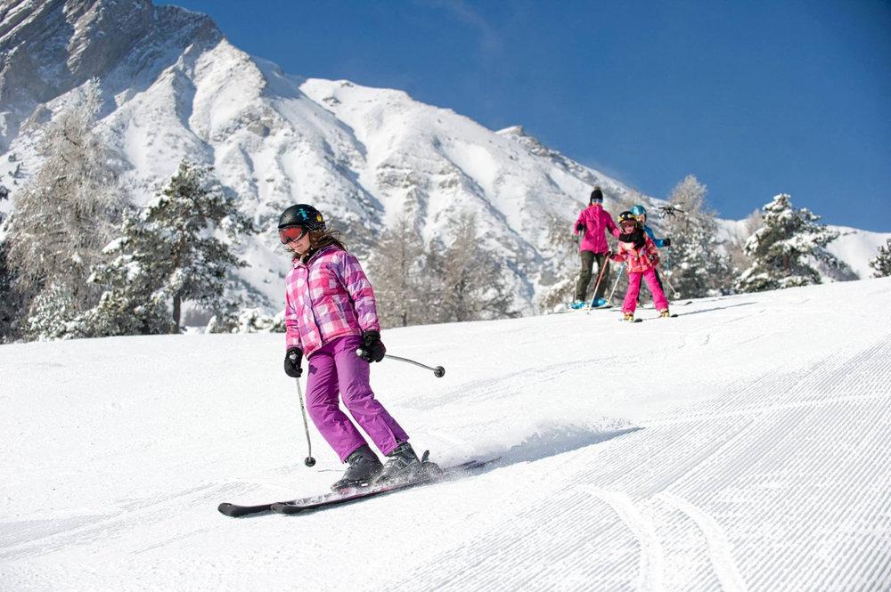 Ski en famille sur les pistes de ski de Laye en Champsaur - © Maison du Tourisme du Champsaur Valgaudemar