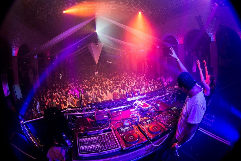 Ab 21:00 Uhr sorgen DJs, Open-Air Livemusik und Showprogramme für Stimmung. - © TVB Innsbruck
