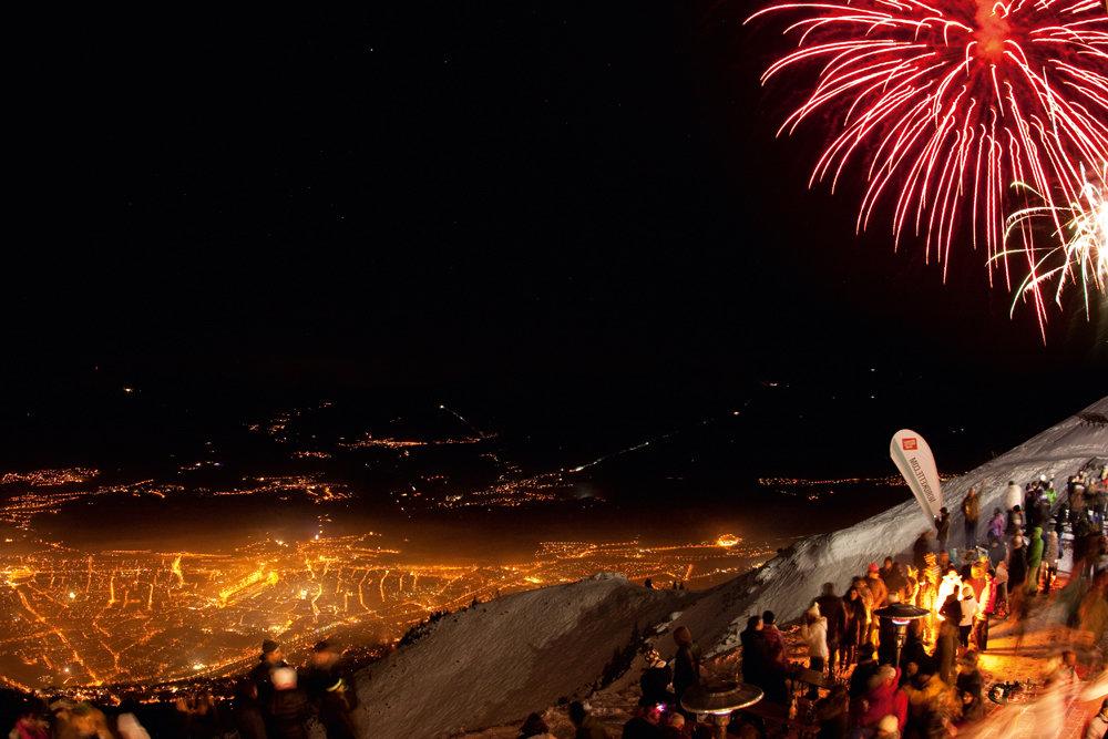 Das spektakulärste Feuerwerk in ganz Tirol erlebt man von der Seegrube hoch über Innsbruck - © TVB Innsbruck / Thommy Brause
