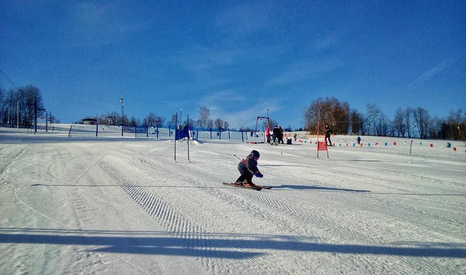 Lyžování na svazích skiareálu Kamenec - © Skiareál Kamenec | facebook