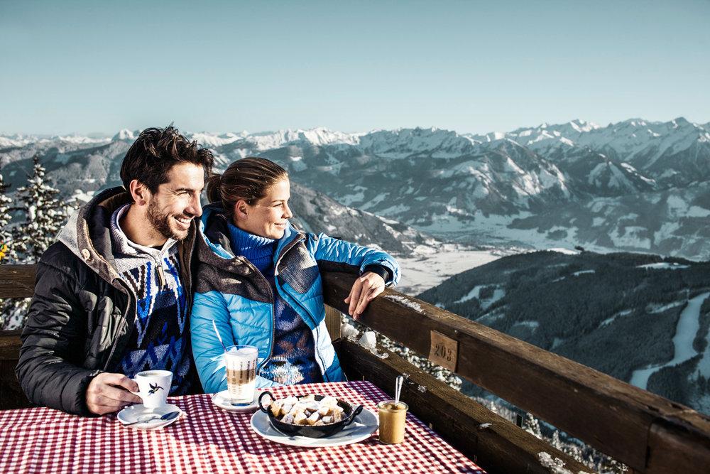 Mittagsessen in Zell am See-Kaprun mit wunderschöner Aussicht über die Winterlandschaft - © Schmittenhöhebahn AG