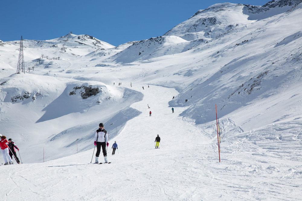 Von Testa Grigia kann man aus dem Skigebiet Zermatt auf die italienische Seite Cervinia-Breuil wechseln. Die südlich ausgerichteten Pisten bieten eine tolle Ergänzung zu den Zermatter Abfahrten. - © Skiinfo | Sebastian Lindemeyer