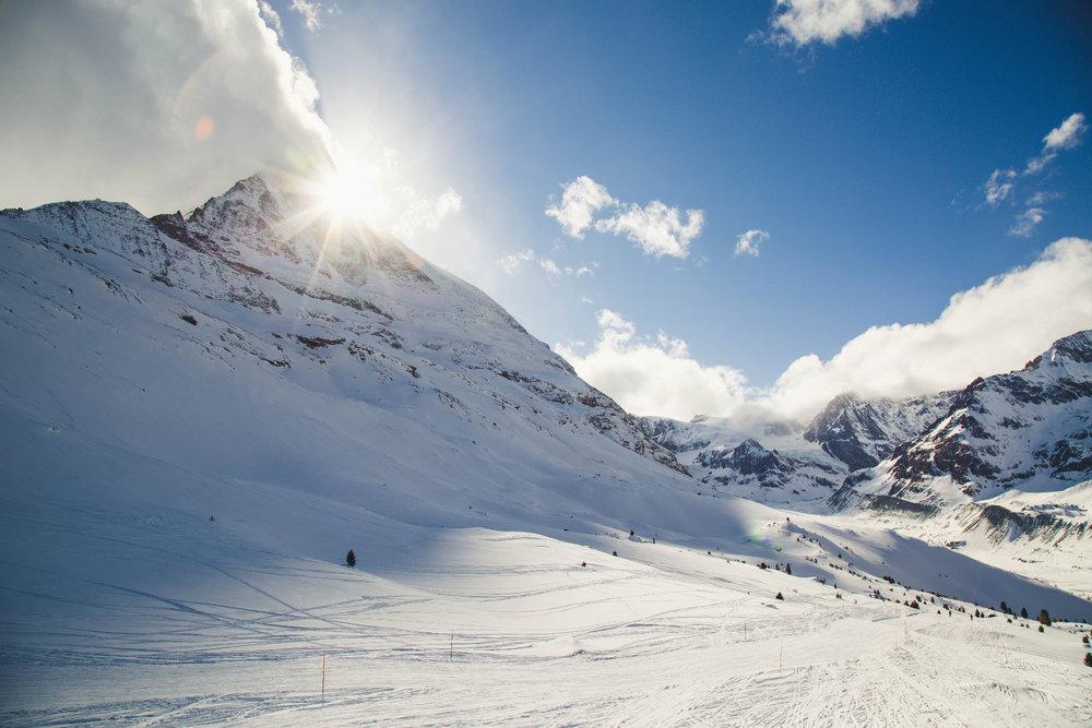 Diese wunderbare Panoramapiste führt ganz nahe am Matterhorn vorbei vom Schwarzsee zur Staffelalp und dann hinab nach Furi und Zermatt - © Skiinfo | Sebastian Lindemeyer