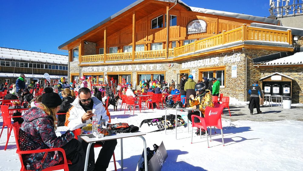 Plaisirs simples d'un déjeuner en terrasse sur le front de neige de Sierra Nevada - © Sierra Nevada