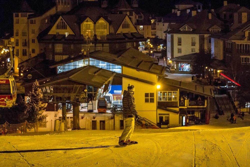 Pour prolonger les plaisirs de la glisse jusque dans la soirée, Sierra Nevada propose du ski nocturne. - © Sierra Nevada