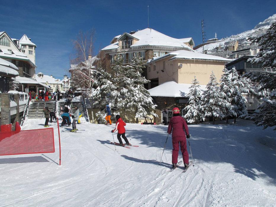 Retour skis aux pieds assuré jusqu'au coeur de la station de Pradollano - © Sierra Nevada