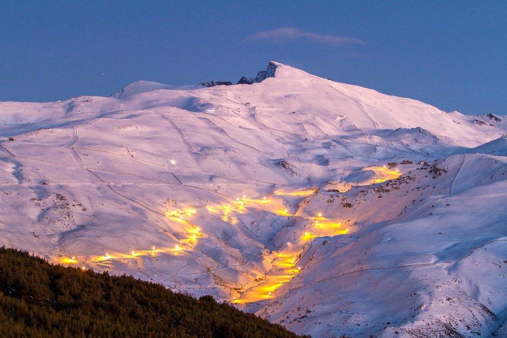 Les pistes illuminées de Sierra Nevada permettent la pratique du ski nocturne. - © Cetursa / Sierra Nevada