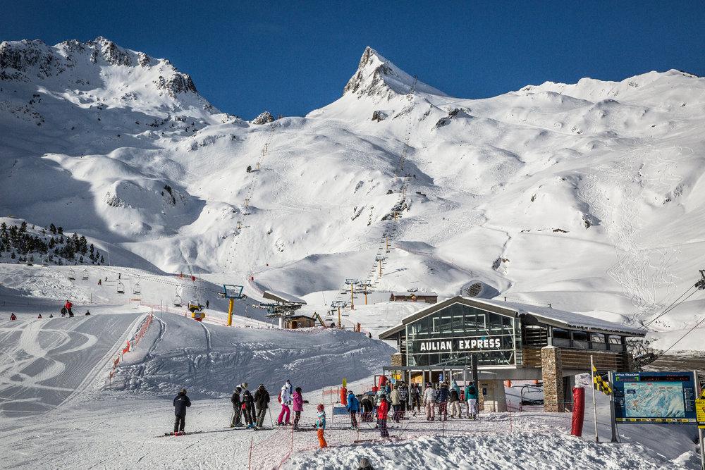 Conditions de ski idéales (neige fraîche et beau soleil) sur le domaine de Luz Ardiden - © AGENCE TOURISTIQUE DES VALLÉES DE GAVARNIE