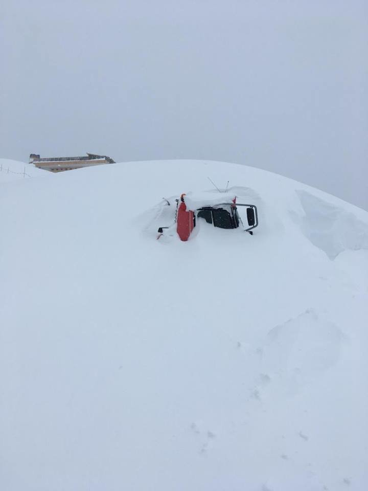 Ratrak zasypany śniegiem w Großarltal - © Facebook Großarltal