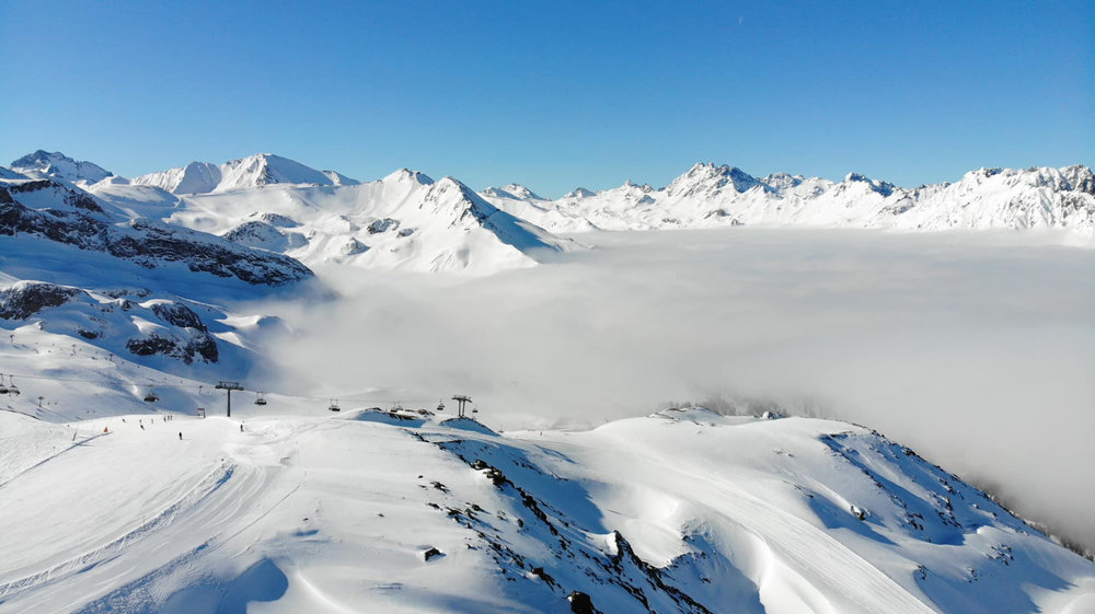 Ischgl am Morgen des 28. März 2019: Im Tal halten sich die Wolken, oben strahlender Sonnenschein - © Facebook Ischgl