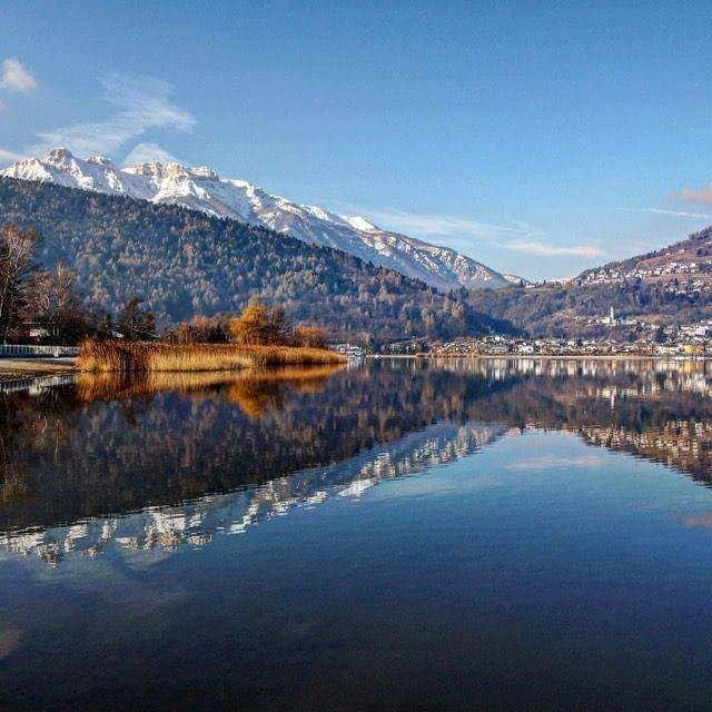 Lago di Caldonazzo vo Valsugane východne od Trientu, druhé najväčšie jazero v Trentine - © facebook | Poesia del Trentino