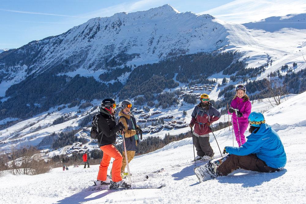 Ski entre amis sur les pentes enneigées de Valmorel - © Office de Tourisme de Valmorel