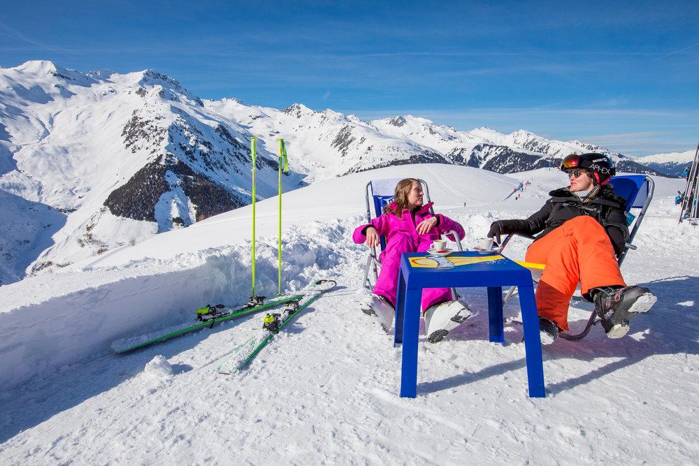 Petite pause contemplation pour profiter de la magnifique vue depuis le domaine skiable de Valmorel - © Office de Tourisme de Valmorel